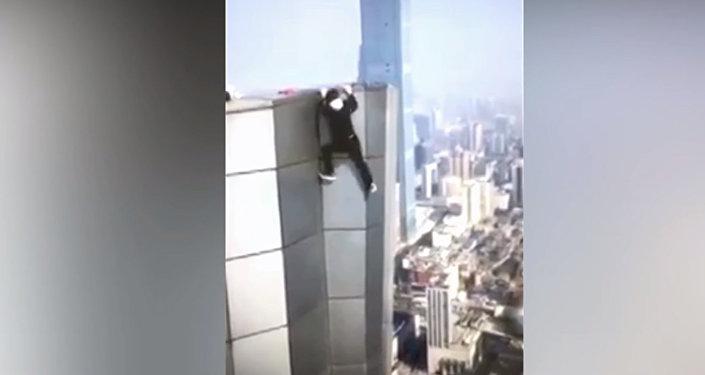 В Китае экстремал снял на видео свое падение с небоскреба — он погиб