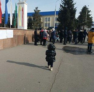 Нарын шаарынын тургундары тынчтык митингин өткөргөнүн жергиликтүү кабарчы билдирди