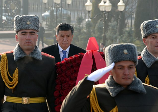 Президент Кыргызской Республики Сооронбай Жээнбеков посетил площадь Мустакиллик в городе Ташкент. Здесь состоялась церемония возложения цветов к монументу Независимости и гуманизма.