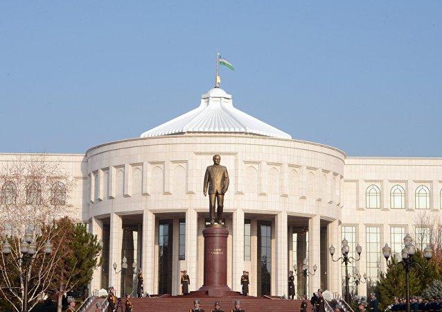 Сооронбай Жээнбеков также посетил мемориальный комплекс имени первого Президента Республики Узбекистан Ислама Каримов  и возложил цветы к памятнику первого Президента Узбекистана.