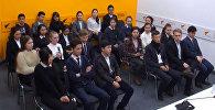 13 декабря в мультимедийном пресс-центре Sputnik Кыргызстан состоялась встреча учащихся средней школы №24 с Гульжигитом Сооронкуловым