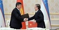 Президент Кыргызстана Сооронбай Жээнбеков и глава РУз Шавкат Мирзиёев во время подписание документов в Ташкенте