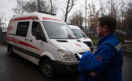 Медик у машин скорой и неотложной медицинской помощи. Архивное фото