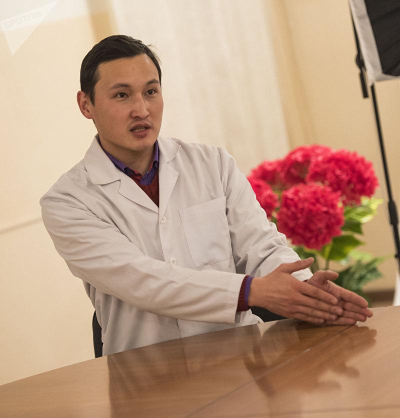 Эльзар Токтоназаров - хирург в отделении сердечно сосудистой хирургии Национального госпиталя