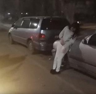Девушка не могла стоять на ногах — видео после ДТП с тремя машинами
