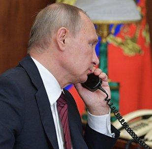 Россиянын лидери Владимир Путин телефон аркылуу сүйлөшүсүндө. Архивдик сүрөт