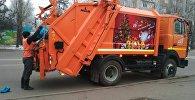 15 мусоровозов муниципального предприятия Тазалык оформили по-новогоднему