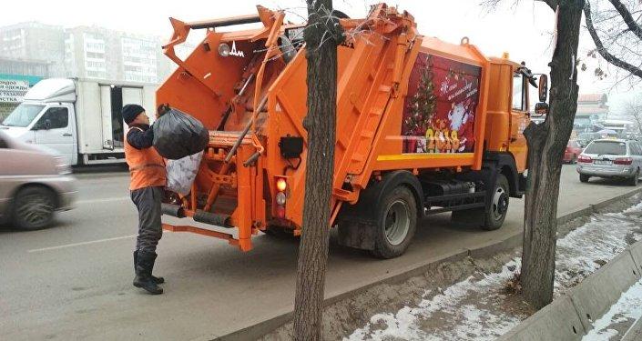 Оформление по-новогоднему 15 мусоровозов столицы