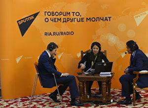 Министр экономики КР Артем Новиков и его советник Кубат Рахимов на мобильной радиостудии на шестой кыргызско-российской межрегиональной конференции в государственной резиденции Ала-Арча в Бишкеке