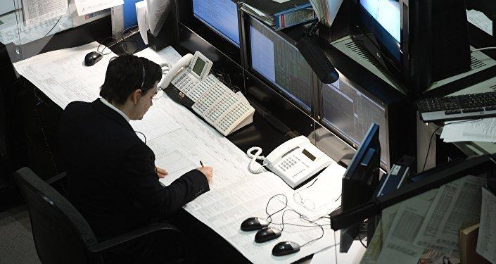 Сотрудник за работой в офисе. Архивное фото
