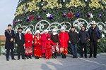 Памирские кыргызы у главной новогодней елки на площади Ала-Тоо в Бишкеке
