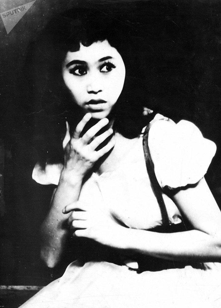 Народная артистка Кыргызской ССР, балерина Рейна Чокоева во время выступления