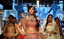 Архивное фото индийской болливудской актрисы Наргис Фахри (в центре)