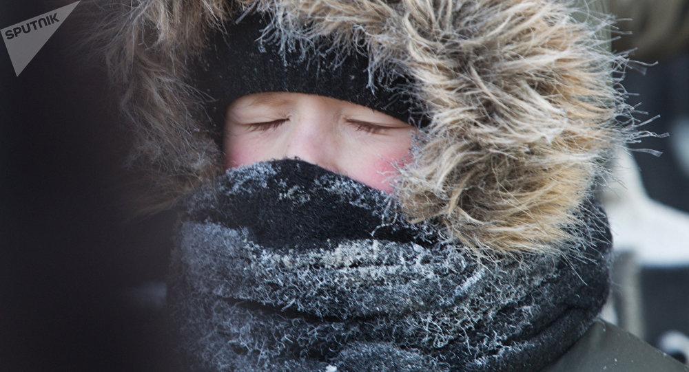 Мальчик на улице во время сильных морозов. Архивное фото