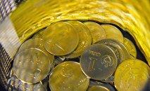 Сомовые монеты и купюры. Архивное фото