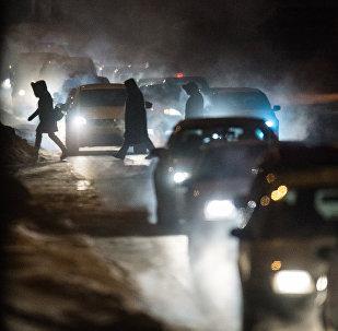 Жители пересекают проезжую часть по пешеходному переходу. Архивное фото