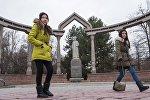Девушки у памятника Курманжан-Датки в Бишкеке. Архивное фото