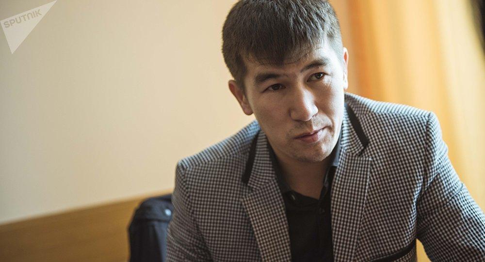 КРдин Эмгек сиңирген артисти, төкмө акын Аалы Туткучев . Архив