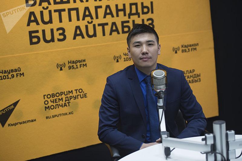 Кыргызский певец Омурбек Жанышов (Омар) во время интервью на радиостудии Sputnik Кыргызстан