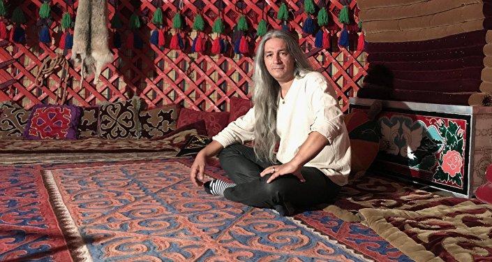 Азербайджанский певец и композитор Араз Элсес, который снял клип на песню Кыргызстаным экс-президента Алмазбека Атамбаева.