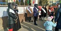 В Нарыне примерно два десятка женщин объявили голодовку, выражая протест против нового закона о государственных пособиях на детей