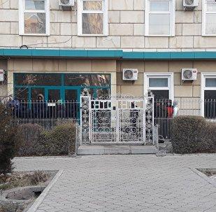 Люди около здания НТС, где находятся судебные исполнители, которые сообщили о намерении наложить арест на имущество компании