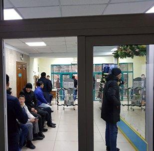 НТС телеканалынын кызматкерлери имаратты курчап алганын Sputnik Кыргызстан агенттигинин кабарчысына ЖМКнын өкүлдөрү кабарлашты