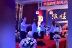 В Китае сотрудниц косметической компании заставили бить друг друга — видео