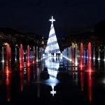 Елка на фоне светящихся фонтанов в Ницце (Франция)