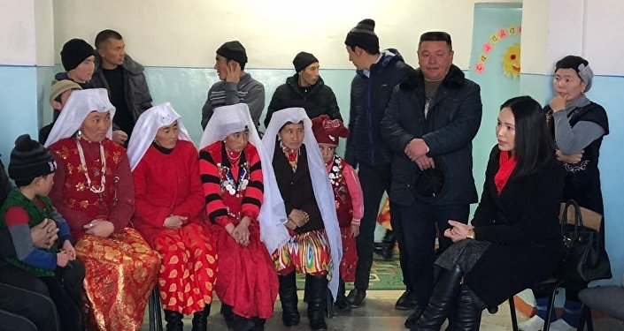 Мамытова этникалык кыргыздардын жашоо шарты менен таанышып, ар бир үй-бүлө менен аңгемелешүү өткөргөн