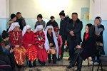 Эмгек жана социалдык өнүгүү министринин орун басары Лунара Мамытова Нарында жашап жаткан памирлик кыргыздар менен жолугуп кайтты
