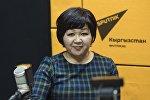 Назгүл Мусаева Sputnik Кыргызстан радиосуна маек куруп жатканда