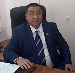 Депутат Жогорку Кенеша от партии Ата Мекен Искандер Гайпкулов в рабочем кабинете