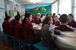 Дети во время уроков в столовой №2 в Новопокровке