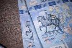 Памятные банкноты достоинством в 2 тысячи сомов, представленные НБКР. Архивное фото