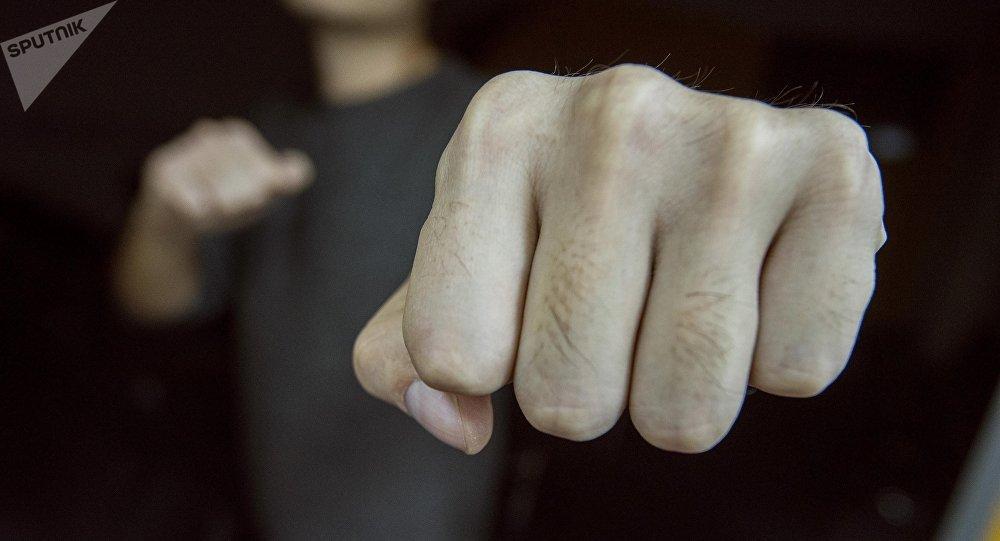 Мужчина показывает кулак. Архивное фото