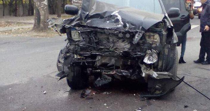 По данным милиции, в 8.30 Toyota Land Cruiser под управлением девушки 1998 года рождения, двигавшаяся в северном направлении, столкнулась с Chevrolet Suburban, принадлежащим Девятому управлению ГКНБ (Служба госохраны).