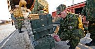 Военные с техникой и ящиками. Архивное фото