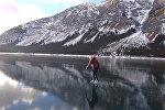 Потрясающе! Девушка катается по зеркальному льду — видео