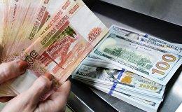 Доллары США и Российские рубли. Архивное фото
