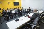 В мультимедийном пресс-центре Sputnik Кыргызстан состоялась встреча сотрудников службы скорой медицинской помощи с учениками бишкекской школы-гимназии №24