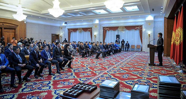 Премьер-министр Сапар Исаков V Азия оюндарынын катышуучуларына сыйлык тапшырды