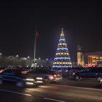 Также установлены 19 световых объемных декоративных инсталляций и фигур в виде светодиодных деревьев и 10 светящихся шаров