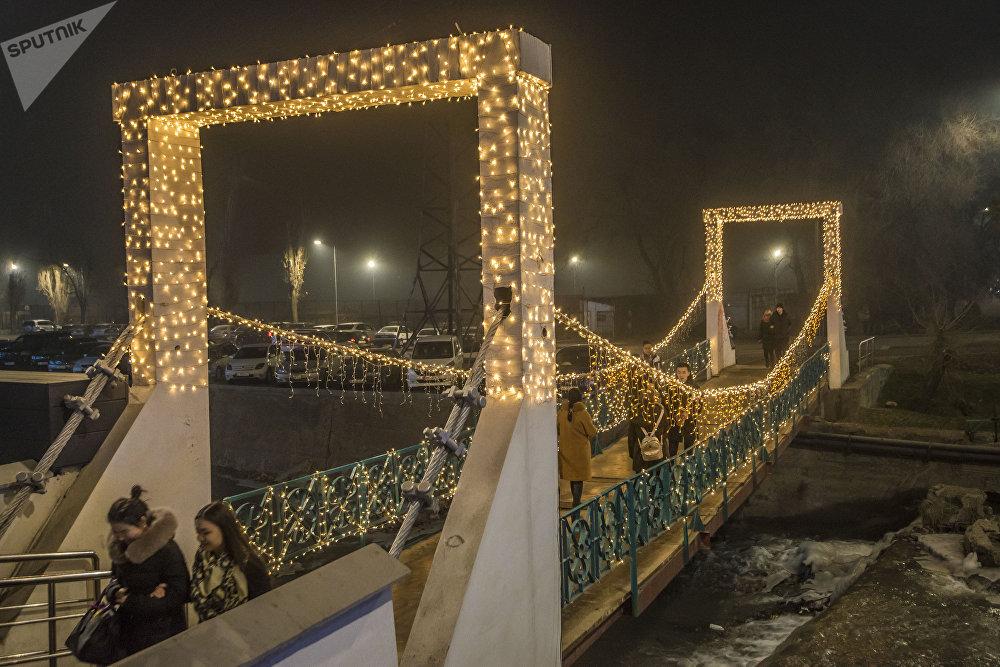 Мост на проспекте Чингиза Айтматова в ночное время выглядит потрясающе