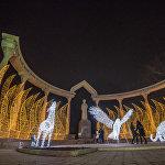 До 15 января памятник Курманджан датке будут охранять светящиеся олень, барс и ястреб