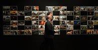 Посетитель на открытии фотовыставки победителей и призеров Международного конкурса фотожурналистики имени Андрея Стенина.  Архивное фото