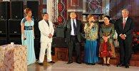 Мамытбай Салымбеков и Курманбек Осмонов на церемонии бракосочетания их детей. Архивное фото