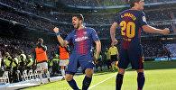 Футболиста ФК Барселона Луис Суарес и Сержи Роберто после забитого гола в матче Матч Барселона Реал 17-го тура чемпионата Испании. 23 декабря 2017 года