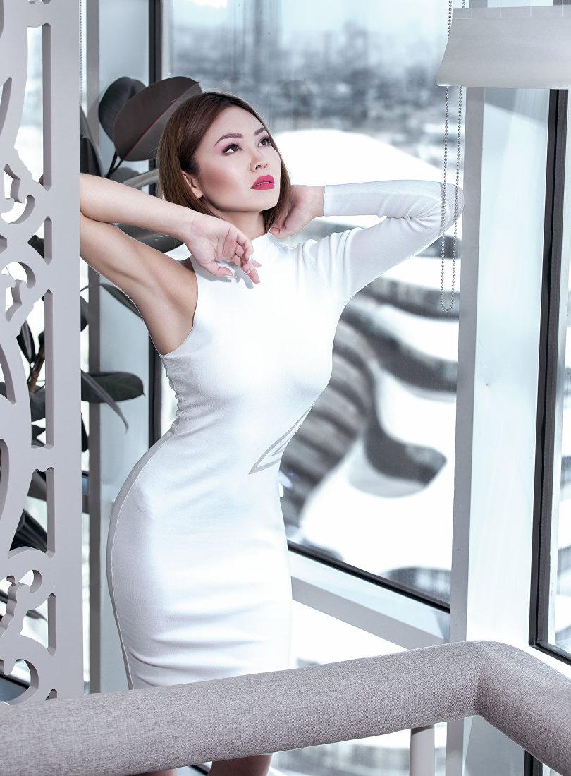 Модель и управляющая отелем Жамиля Асангулова во время фотосессии