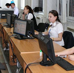 Сотрудники Центра обслуживания населения Государственной регистрационной службы при Правительстве Кыргызской Республики в Бишкеке. Архивное фото